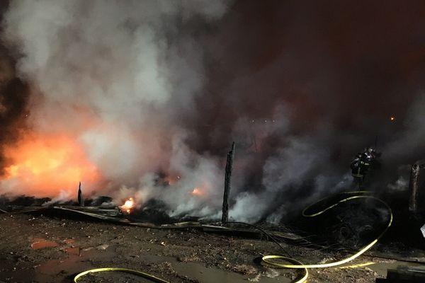 Les pompiers ont la tâche difficile en raison de l'épaisse fumée et du sol jonché de détritus en tout genre