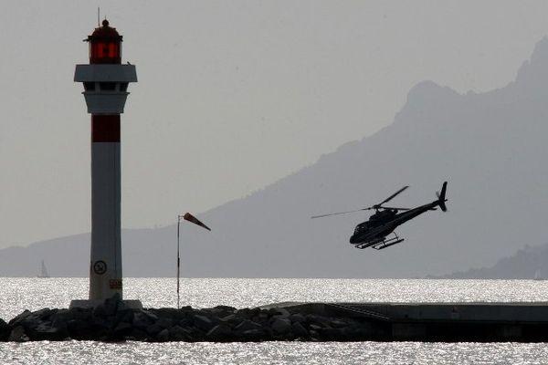Un hélicoptère à la sortie du port de Cannes (Archives).