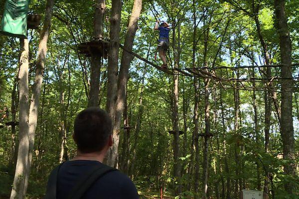 Les enfants peuvent grimper aux arbres dès 4 ans, à condition de mesurer au moins un mètre