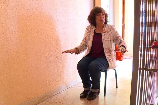 Marie s'assoit, circule, utilise des instruments...pour chaque soir faire varier ses histoires