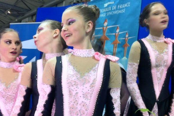 Une patineuse russe rayonnante à la compétition junior vendredi à la French Cup