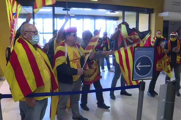 Les supporters des Dragons Catalans sont venus encourager les joueurs à l'aéroport de Perpignan, à deux jours de leur finale historique en Super League anglaise de rugby à XIII - 7 octobre 2021.