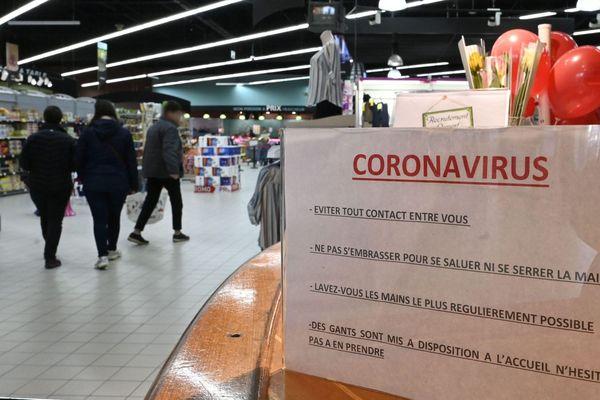 Un panneau à l'entrée d'un supermarché à Crac'h (Morbihan), prodiguant des conseils face à la propagation du coronavirus