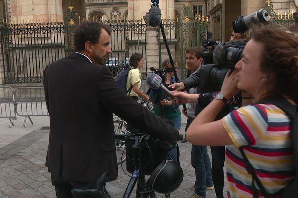 Le futur maire écologiste de Lyon est arrivé à vélo, lundi 29 juin: Grégory Doucet doit rencontrer Gérard Collomb pour préparer la transition municipale, avant la transition écologiste.