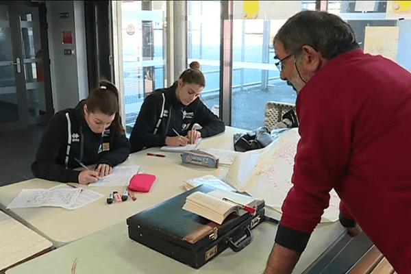 Une heure par semaine, ces recrues étrangères du Quimper Volley 29 retourne sur les bancs de l'école pour apprendre le Français.