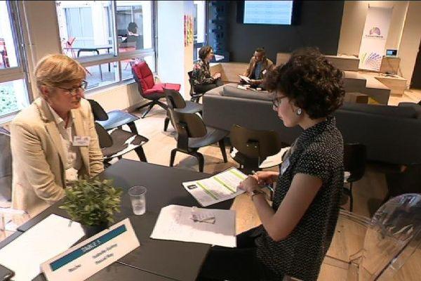 Avec l'association Cancer@Work, des femmes qui ont traversé l'épreuve du cancer rencontre des DRH. Des job dating pour reprendre confiance.