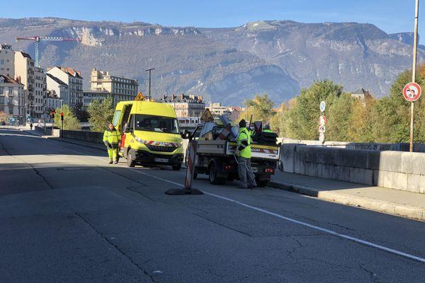 La piste cyclable des quais de l'Isère est effacée par les agents de la métropole de Grenoble.