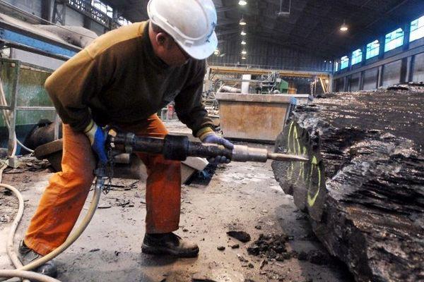 05/12/2007 Un ouvrier découpe des blocs de schiste, après leur extraction dans les ardoisières d'Angers à Trélazé.