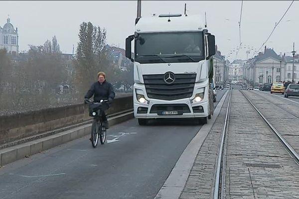 La piste cyclable existante convient assez peu aux 1 500 cyclistes traversant chaque jour le Pont Royal