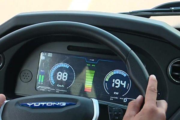 Les autocars 100% électrique ont une autonomie de 250 km. Temps de charge des batteries, 4 heures.