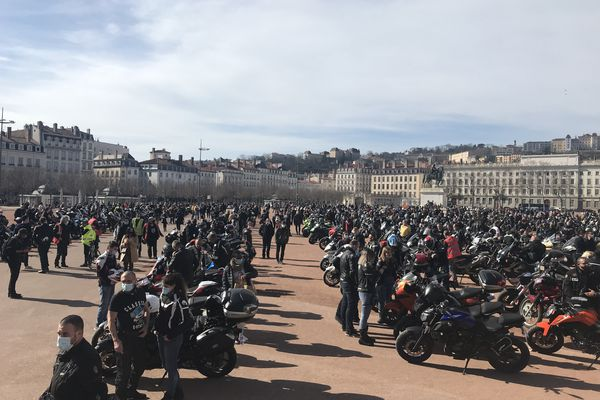 Les motards venus de toute la région se sont retrouvés place Bellecour à Lyon pour exiger la légalisation de l'interfile