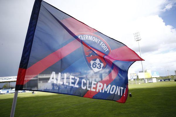 """""""Allez Clermont!""""... depuis la montée du Clermont Foot en Ligue 1, les supporters assistent à des rencontres fabuleuses. Cinq bus sont partis de Clermont-Ferrand pour le Parc des Princes avant la rencontre contre le PSG"""