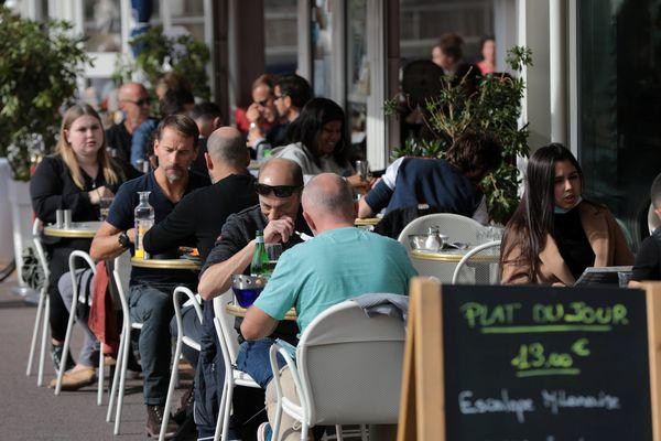 Les terrasses devraient pouvoir rouvrir au 19 mai avec des tables de 6 personnes maximum.