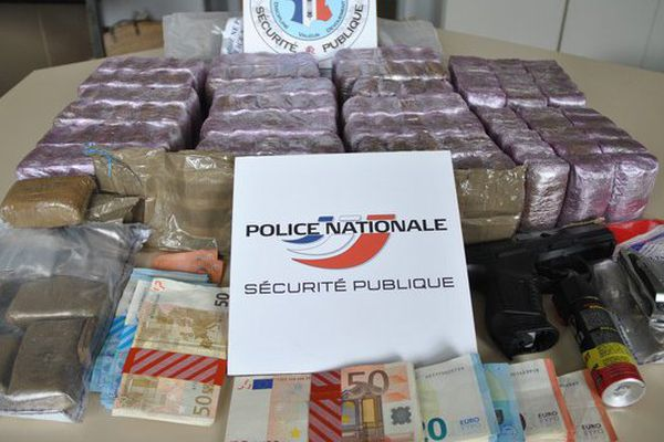 14 kg de résine de cannabis, des espèces et une réplique de pistolet automatique : la prise des policiers de Poitiers