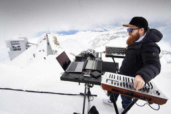 Teho, compositeur de musique techno originaire de Montpellier, a mixé à 3000 mètres d'altitude, en Suisse.