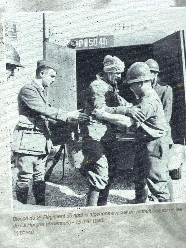 Un Spahi algérien blessé pris en charge par des ambulanciers après les combats de La Horgne.