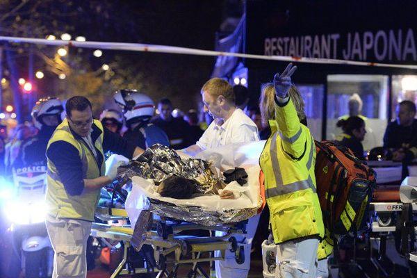 Un blessé évacué près du Bataclan