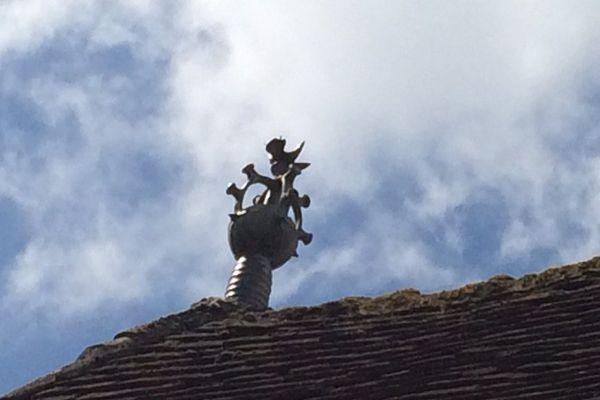Un épi de faîtage sur un toit du village de Magnac-Bourg