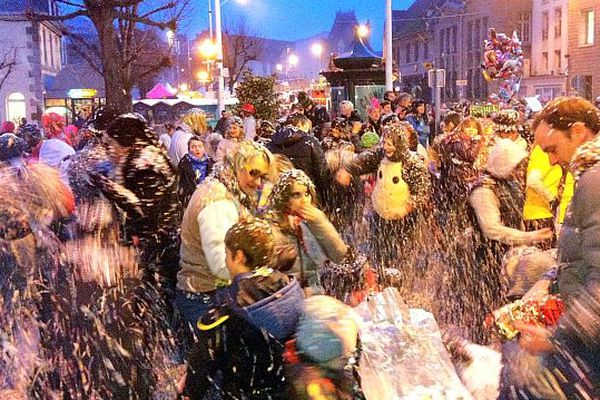 La traditionnelle bataille de confettis au 139ème carnaval de Granville
