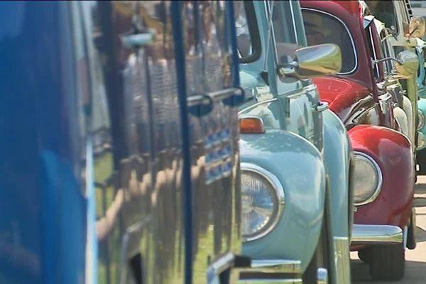 Des centaines de coccinelles et combi VW sont rassemblées à Talloires, près du lac d'Annecy pour les 15 ans de la dernière Coccinelle « Ultima Edicion », les 80 ans de la première Coccinelle.