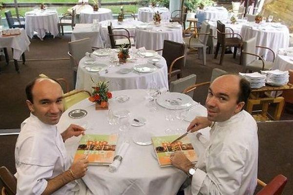 """Archive : Laurent (gauche) et Jacques Pourcel, cuisiniers et patrons du trois étoiles  """"Jardin des Sens """", posent dans leur restaurant, le 22 octobre 1999 à Montpellier."""