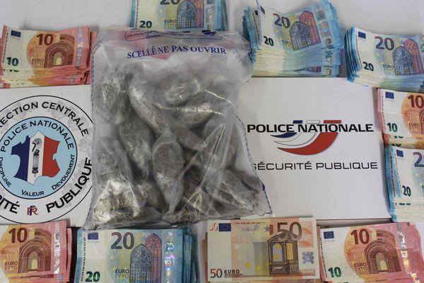 Le cannabis et l'argent saisis par les policiers du commissariat de Poitiers aux Couronneries.