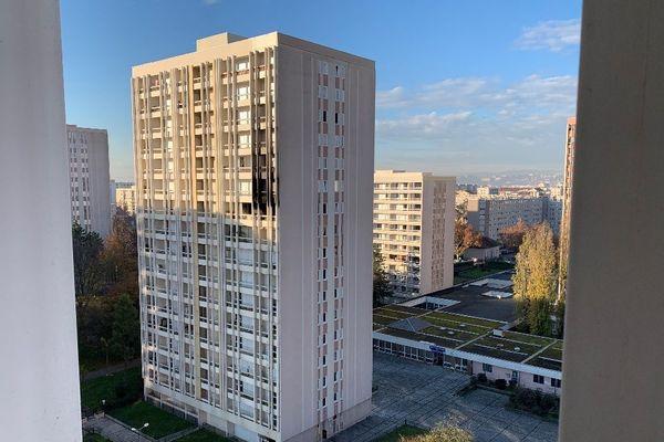 Incendie dans un immeuble de Villeurbanne : neuf personnes blessées dont deux dans un état grave. Ce jeudi matin (26 novembre 2020) il restait des traces du sinistre sur la façade de ce bâtiment de 16 étages du quartier de la Péralière