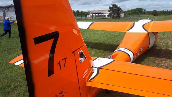 """7 et 17 : ce sont les numéros d'origine des deux planeurs qui ont servi à la reconstruction de ce planeur baptisé """"Némo"""". La fermeture éclair rappelle le point de jonction des deux appareils."""