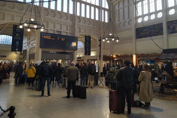 Les voyageurs vont scruter attentivement les panneaux d'affichage, comme ici en gare de Rouen