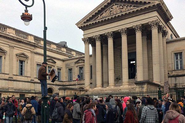 """Une centaine de manifestants devant le palais de justice Montpellier le 28 février 2017. Ils soutiennent les squatteurs qui occupent le cinéma désaffecté """"le Royal"""" depuis neuf mois."""