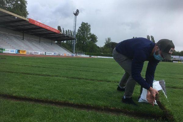 Le découpage des carrés de pelouse du stade Jacques Fouroux a débuté ce mardi matin à Auch : l'élan de générosité pour la lutte contre le cancer dépasse les attentes. mai 2021.