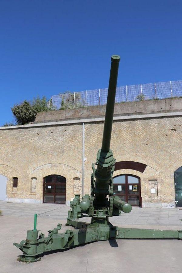 Canon anti-aérien devant le Bastion 32, QG des Forces françaises à Dunkerque.