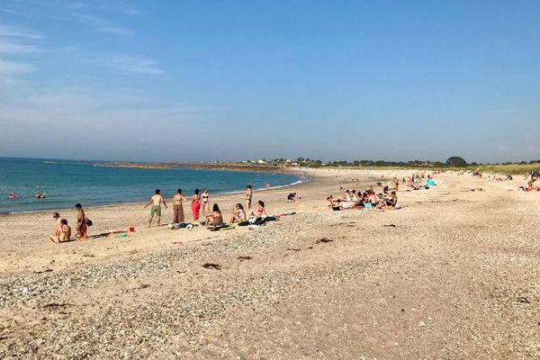 Plage du Nord cotentin, ce 8 août, d'habitude déserte, ou presque. Alors que le reste de la région est écrasé par la chaleur, il fait un agréable 25°à Fermanville.
