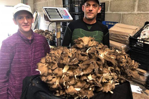 Les cueilleurs et leur trouvaille de 17,5 kilogrammes.