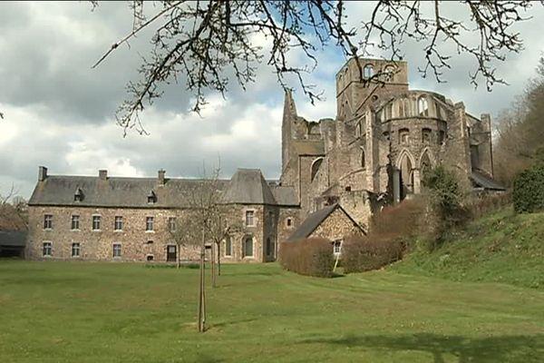 Comme tous les dix ans, les travaux de l'abbaye de Hambye redémarrent.