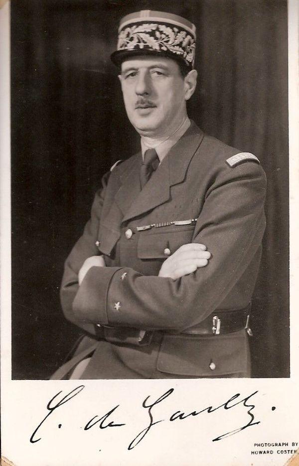Londres, 17 août 1940, le général de Gaulle portant sa barrette de décorations françaises. Elle est en quelque sorte la première photographie officielle du chef des Français libres. Elle est distribuée en France occupée pour faire connaître de Gaulle.