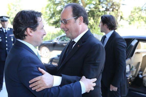 François Hollande salue le nouveau député strasbourgeois Eric Elkouby lors de son arrivée au congrès de la Ligue de l'Enseignement