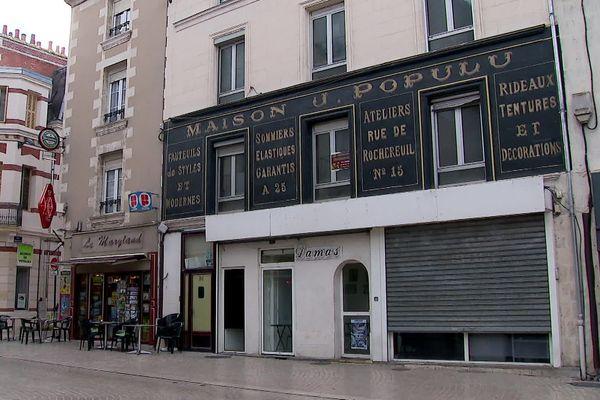 A Poitiers, cette enseigne publicitaire est l'un des rares exemples de sauvegarde réussie.