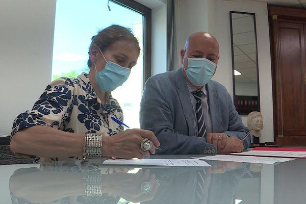 Béatrice Almendros, la présidente du tribunal et judiciaire de Nîmes et le procureur Eric Maurel ont signé un protocole pour que tous les services luttent plus efficacement contre les violences conjugales. Juillet 2021.