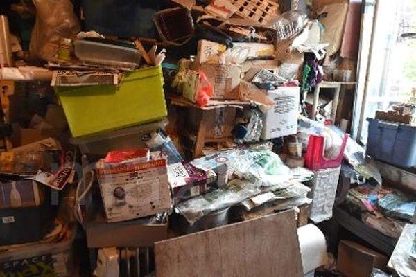 Certaines personnes ayant le syndrome de Diogène entassent les déchets dans leur habitation.
