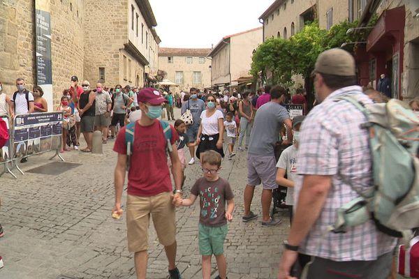 Ambiance Covid très française à la cité de Carcassonne.