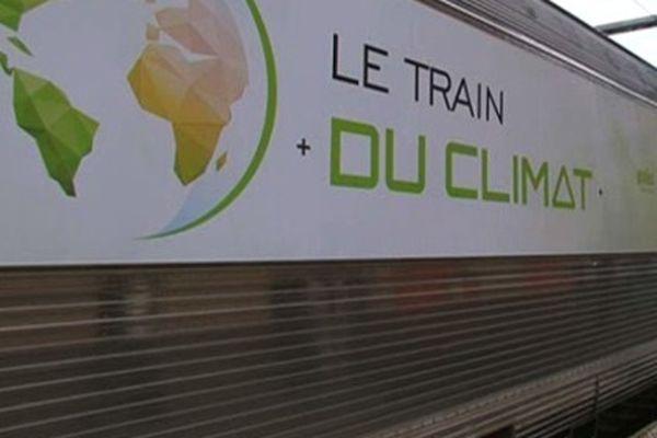 Première étape d'un périple de 19 jours pour le Train du climat en gare de Clermont-Ferrand le mercredi 7 octobre. Une initiative des Messagers du climat, un collectif de scientifiques qui partent à la rencontre du grand public.