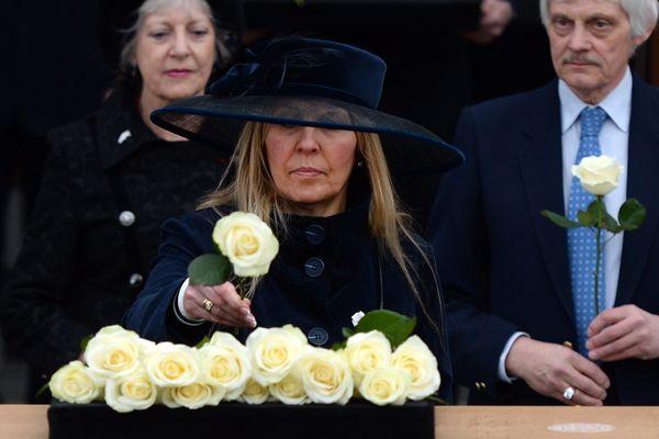 Philippa Langley déposant une rose sur le cercueil de Richard III.