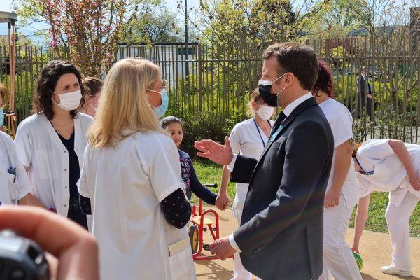 Emmanuel Macron au Pôle trouble du spectre de l'autisme de Saint-Egrève (Isère) le 2 avril 2021.