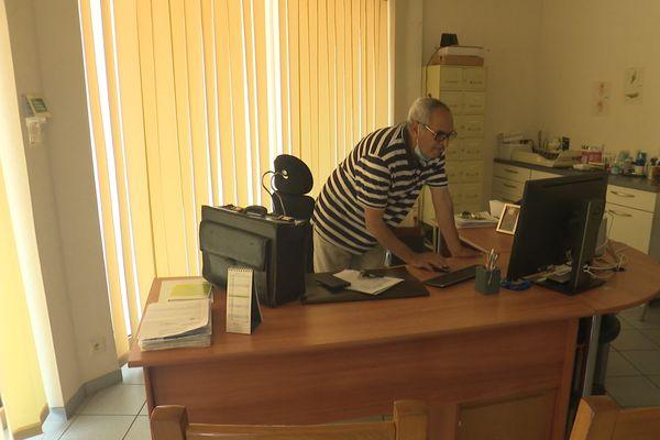 Dr El Mokhtar EL ABBADI dans son cabinet à Cabourg.
