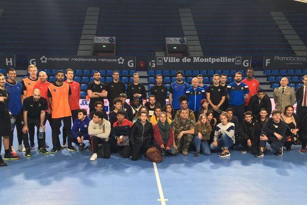 Les participants à la journée défense et citoyenneté aux côtés des joueurs du MHB, le 25 avril 2019