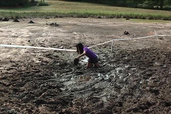 Une participante à La Déjantée 2018, enfoncée dans la boue