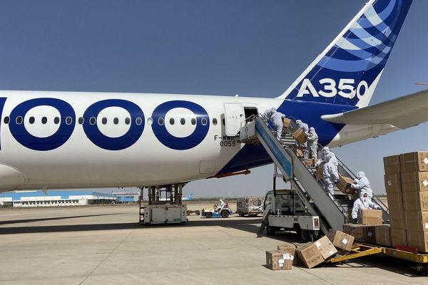 Les masques ont été déchargés sur le tarmac de l'aéroport de Toulouse Blagnac