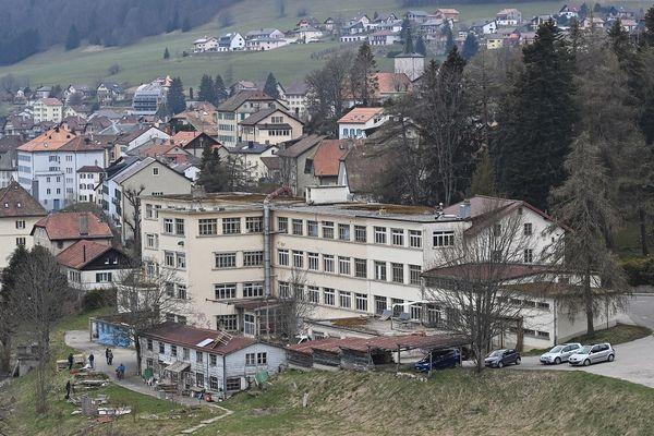 """Suisse, canton de Vaud - Vue générale d'une usine fermée abritant une """"communauté autogérée"""" à Sainte-Croix, où Mia a été retrouvée avec sa mère.  18/4/21"""