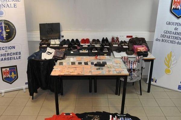 Lors des perquisitions, les gendarmes ont saisi des téléphones portables, des tablettes numériques, des sacs de luxe et pas moins de 500 bijoux.